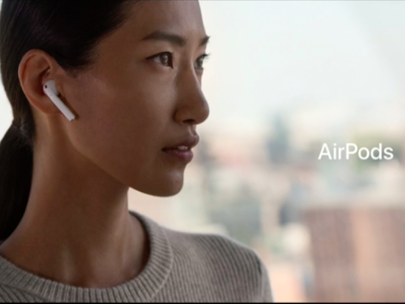 Apple AirPods в ухе